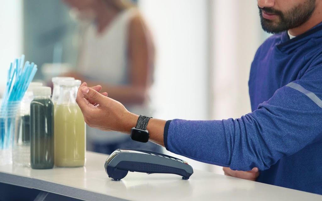 MONETA Money Bank spouští s Mastercard placení chytrými hodinkami
