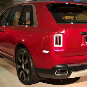 Rolls-Royce Cullinan se představil v Praze, působí vážně majestátně