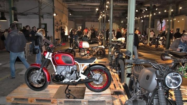 Video: upravené motorky o víkendu zaplnily pražskou Továrnu