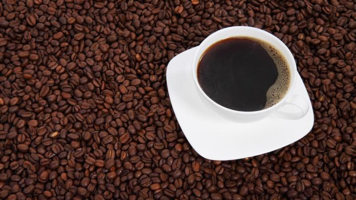 """Češi ročně vypijí kávu za 6,5 miliardy korun. Muži pijí """"turka"""", ženy preferují kávu s mlékem"""