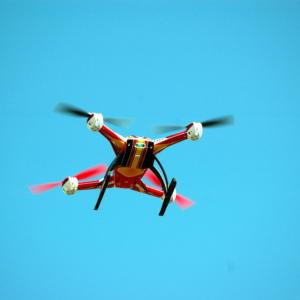 Dronů nad našimi hlavami přibývá, Česko se chce podílet na zdokonalování jejich provozu a testování