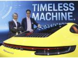 August Achleitner (vlevo) a Dr. Frank-Steffen Walliser (vpravo) s novým Porsche 911