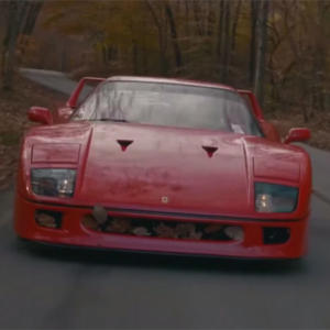 Poslechněte si zvuk Ferrari F40 při jízdě. Je to lahoda pro uši!