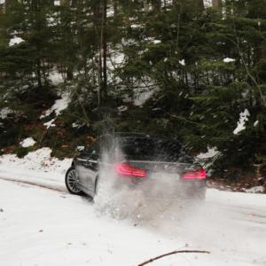 Zima a sníh jsou tady! Víte, jak v takových podmínkách jezdit a na co se připravit?