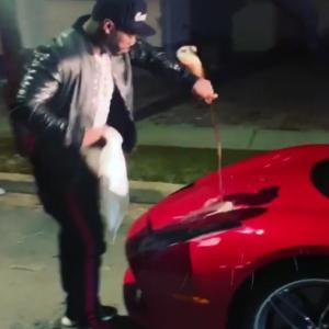50 Cent si sám umyje Ferrari. Ne vodou a šamponem, ale šampaňským!