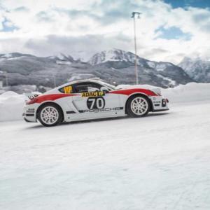 Předváděcí jízda vozu Porsche 718 Cayman GT4 Rallye na sněhu a ledu