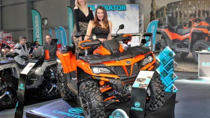 V Praze začala výstava Motosalon 2019. Jsou tam i hostesky!