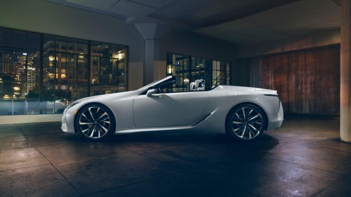 Na ženevském autosalonu 2019 se představí stylový Lexus LC Convertible