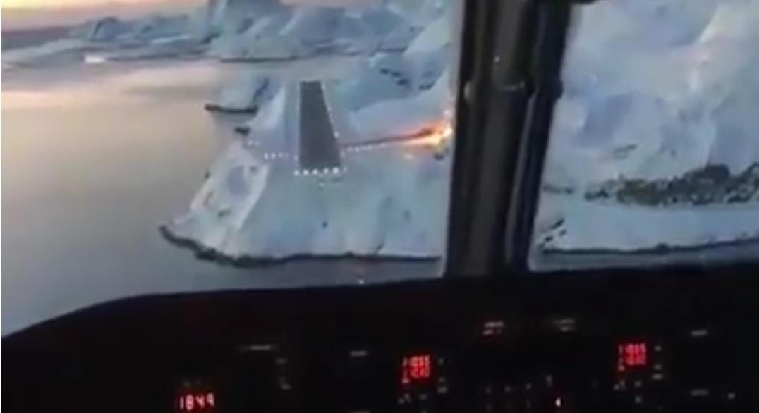 Jak vypadá přistání na letišti v Grónsku z pilotní kabiny?