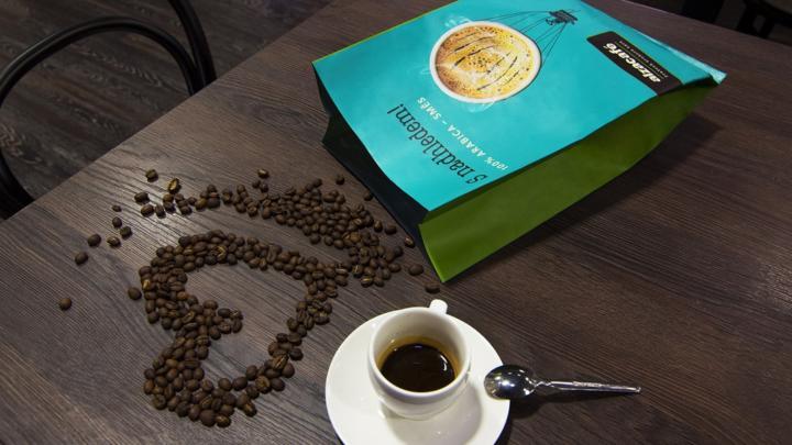 Alza má vlastní značku kávy AlzaCafé. Je to 100% Arabika a pro zákazníky je zdarma
