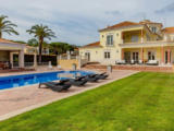 V portugalském resortu Quinta do Lago bude prodána luxusní vila s rozlohou 1537 m²