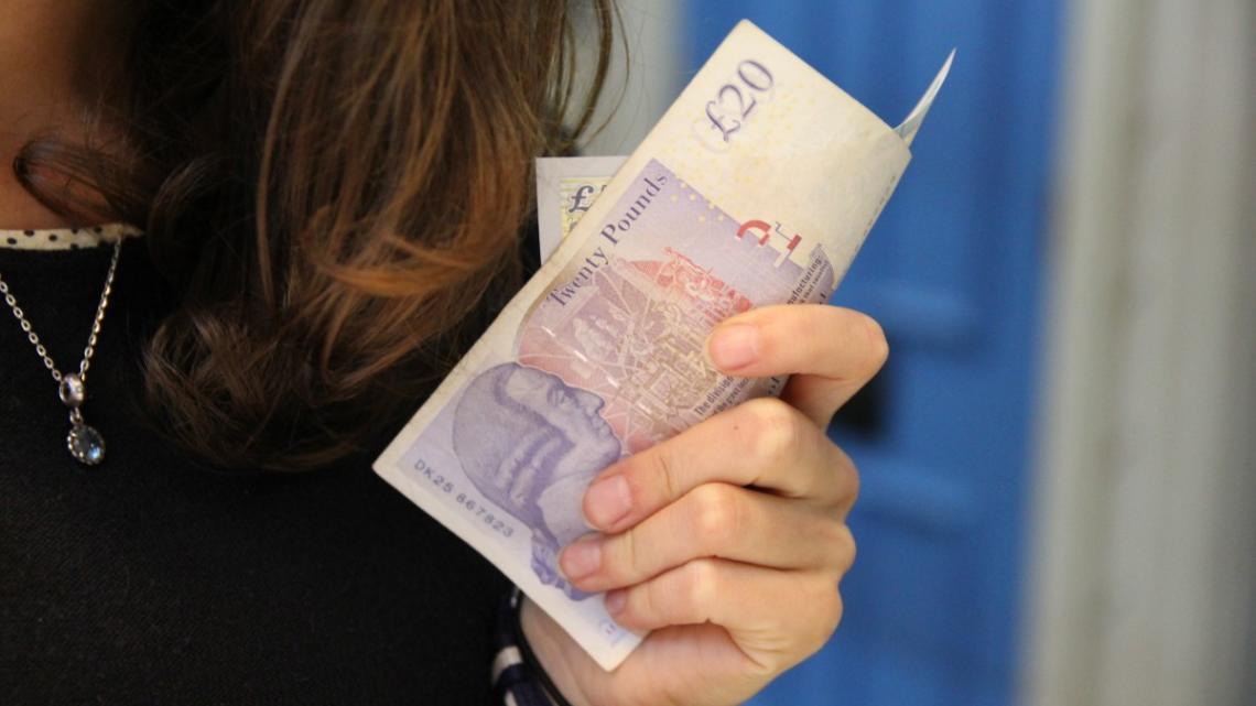 Ženy spoří více než muži, nakupují střídměji a jsou opatrnější investorky