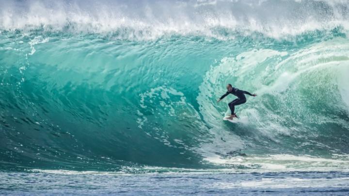 Jak strávit dovolenou aktivně? Vyzkoušejte surfování na nejlepších plážích světa