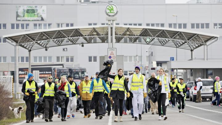 """ŠKODA AUTO opět podpoří akci """"Ukliďme Česko"""": Zaměstnanci budou sbírat odpadky v přírodě"""