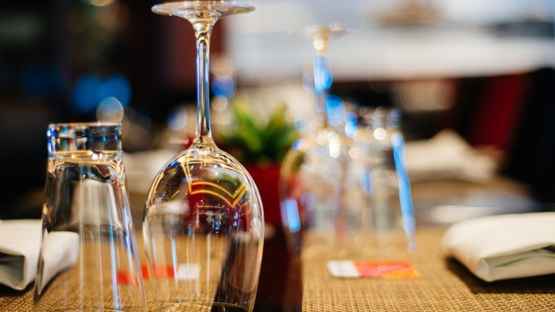Víte, jakou vodu si dát k vínu? Nevhodný výběr může pokazit chuť vína