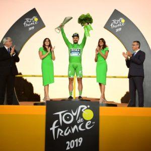 Vítěz Tour de France Egan Bernal slaví s křišťálovou trofejí navrženou ŠKODA AUTO