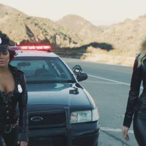 Rappera Juicy J ve videoklipu zastavují v jeho Lamborghini dvě velmi sexy policistky
