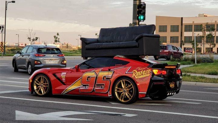 Majitel této Chevrolet Corvette nemá rád melouny a na střeše vozí gauč