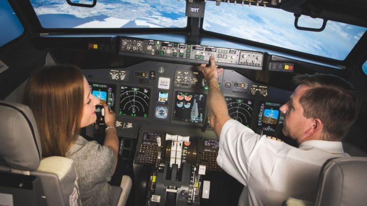 Ze zábavy se stává profesní trénink. Nejnovější simulátory využívají piloti i závodní jezdci